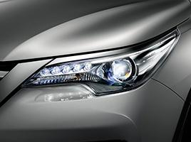 Faros delanteros Bi-LED con regulación automática en altura y luces diurnas (DRL) de LED.