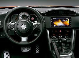 """Audio con pantalla táctil de 7"""" con navegador satelital (GPS), CD, MP3, Bluetooth®,  entrada auxiliar y USB con 6 parlantes."""