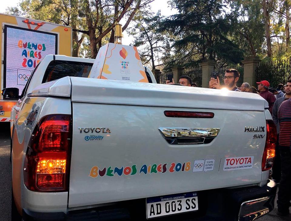 Toyota Hilux es el vehículo que transporta la llama…